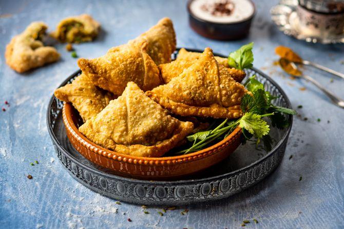 Indiase samosa's met groene erwten en aardappel