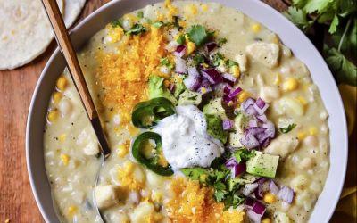 Romige chili met witte plata mais en kip